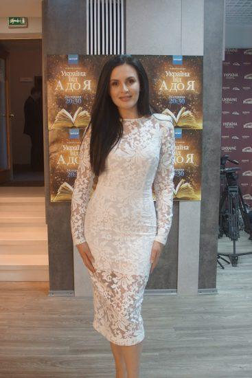 Мила Нитич в белом кружевном платье ниже колен в День Независимости Украины 2016