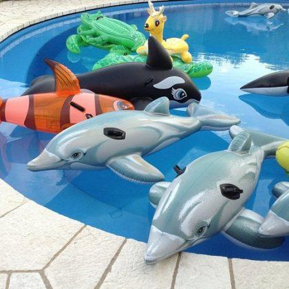 Надувные животные в бассейне