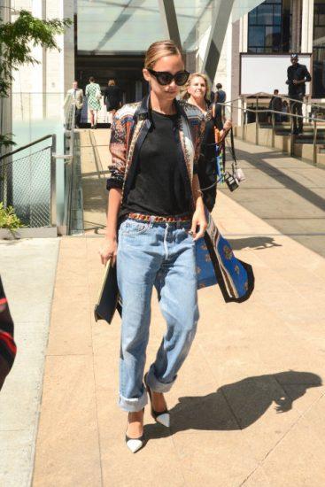 Николь Ричи в джинсах, очках и черной кофте