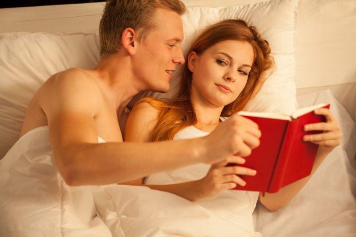 Парень забирает книгу у девушки в постеле