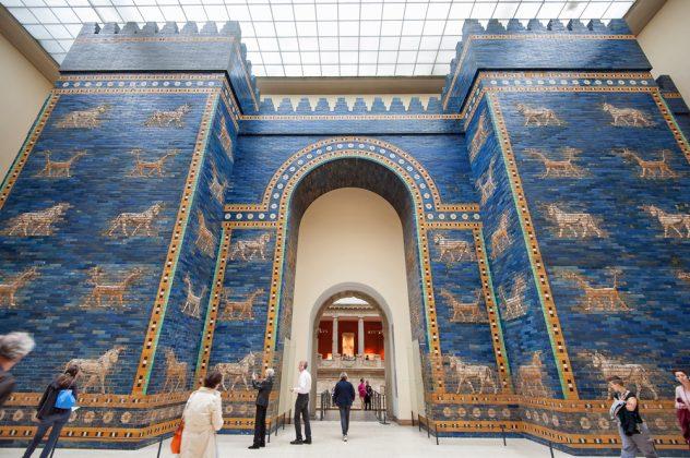 Музей Пергамон внутри с синими стенами, Берлин