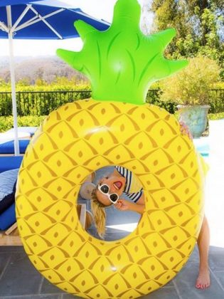 Риз Уизерспун с надувным ананасом
