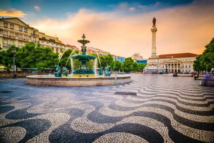 Площадь с фонтаном в Лиссабоне