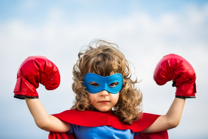 Ребенок в одежде супермена