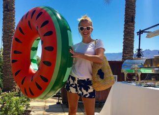 Риз Уизерспун в шортах с кругом для купания