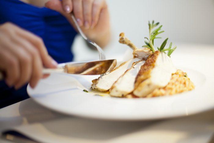 Рыба кусочками на белой тарелке