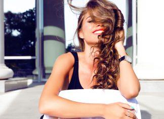 Счастливая девушка с красной помадой