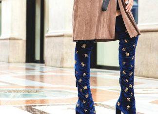 Синие бархатные сапоги на женских ножках