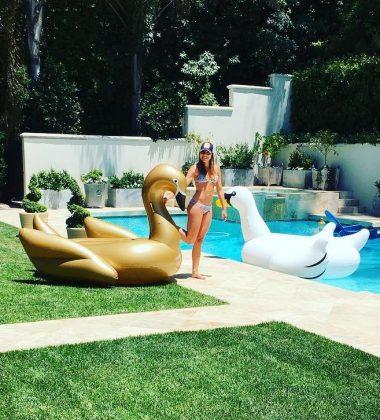 софия Вергара возле бассейна с надувным лебедем