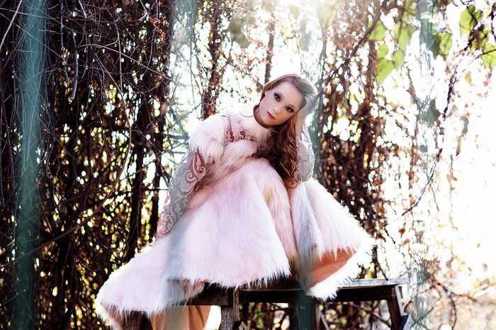 Светлана Тарабарова в белом меховом пальто