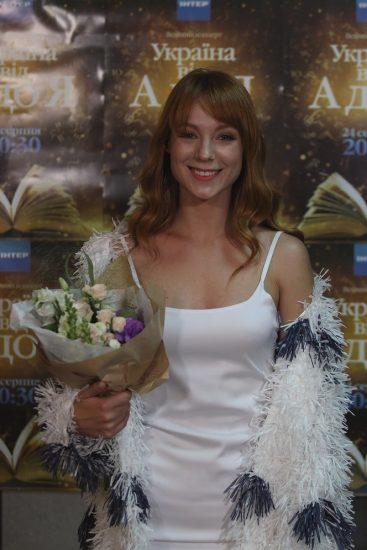 Светлана Тарабарова в белом платье и белой шубке в День Независимости Украины 2016
