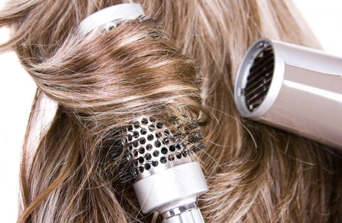 Укладка волос с феном и круглой расческой