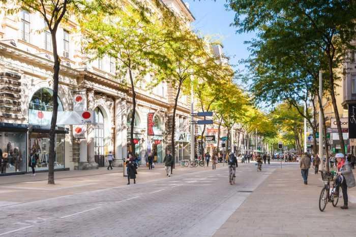 Улица бутиков Марияхильферштрассе в Вене