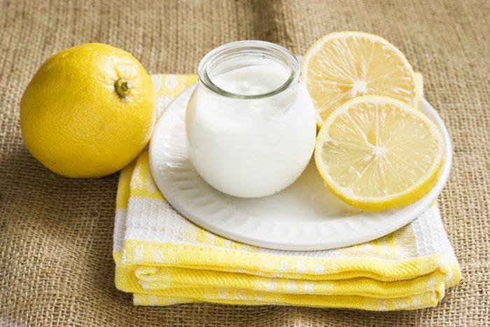Йогурт и колечки лимона на тарелке, на полотенце
