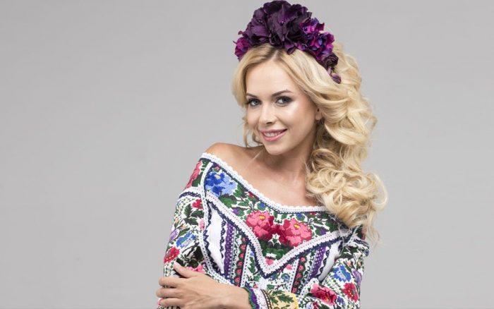 Юлия Думанская в вышиванке с открытыми плечами и венке из цветов