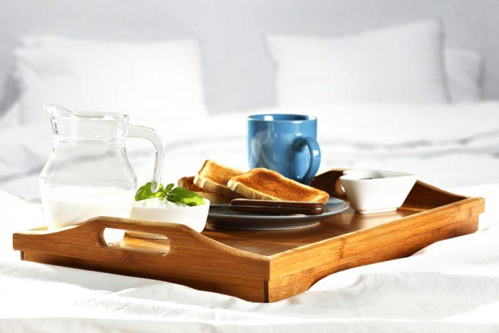 Завтрак на деревянном подносе