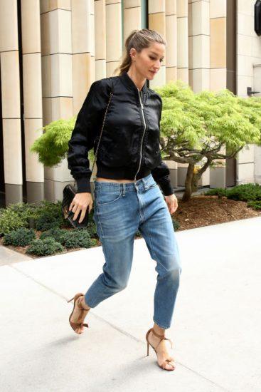 Жизель Бюндхен в джинсах и черной ветровке