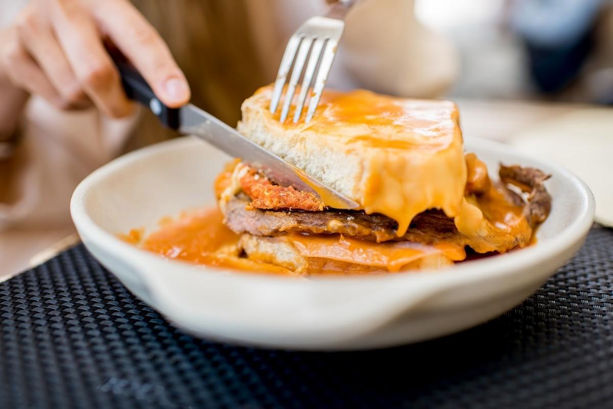 Франсезинья сендвич с огромным количеством ингредиентов