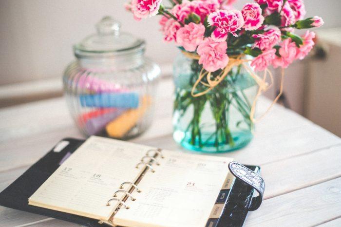блокнот и цветы на столе
