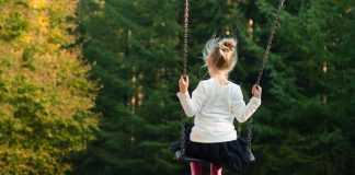 девочка катается на качеле