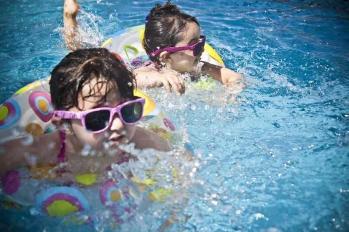 девочки плывут в надувных кругах