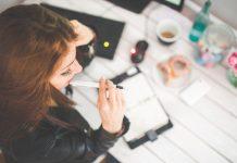 девушка с ручкой