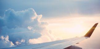 крыло самолета в небе