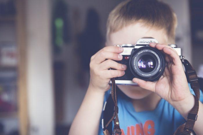 мальчик фотографирует