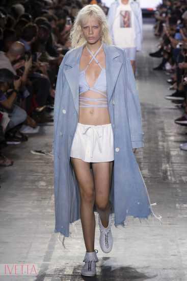 модель показа Александр Вонг в белой юбке