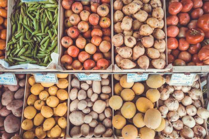 овощи и фрукты на рынке