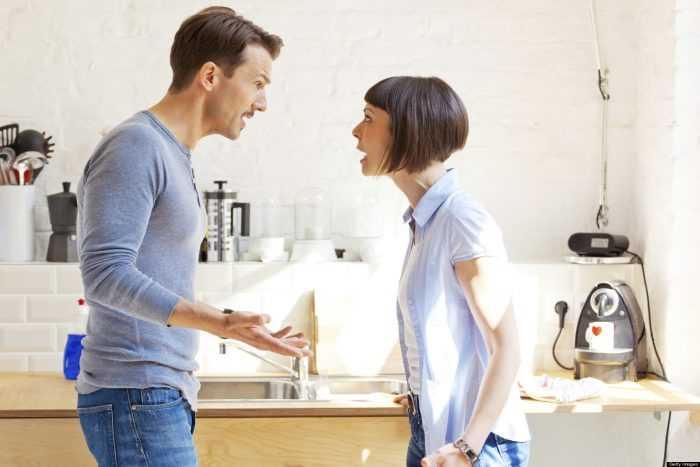 парень и девушка ругаются на кухне