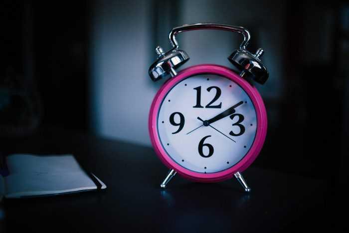 розовый будильник