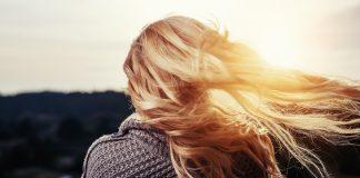 ветер раздувает волосы