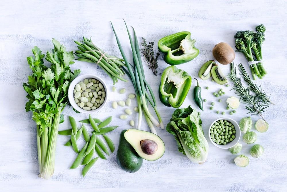 Зеленые овощи фрукты и зелень