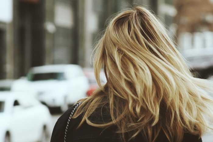 блондинка идет по улице