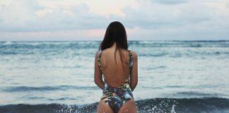 девушка стоит спиной в воде