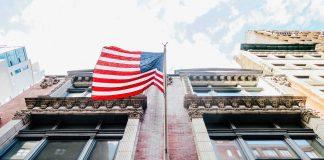 флаг Америки на здании