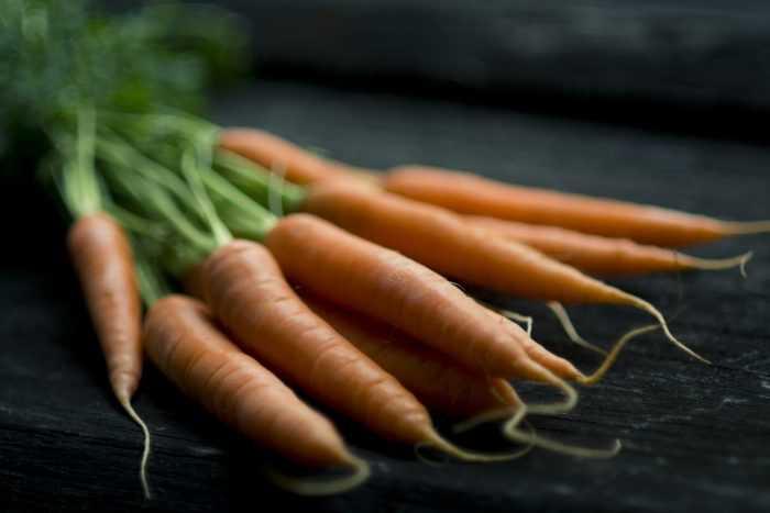 морковь лежит на столе
