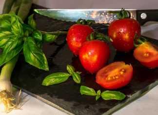 нож и помидоры на доске