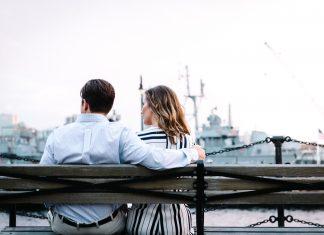 пара сидит на скамейке