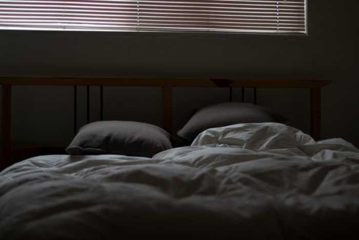 постель на кровати