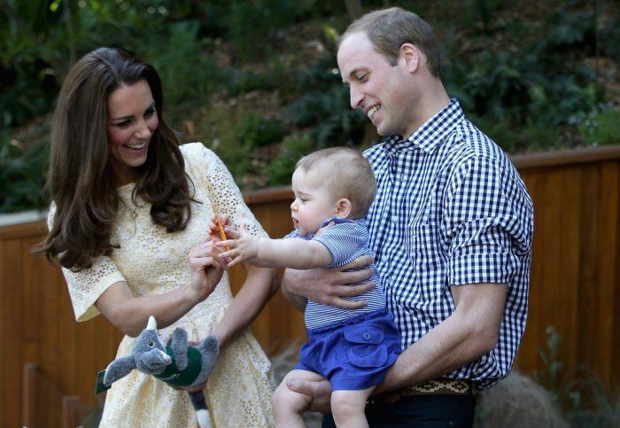 принс Уильям держит принца Джорджа с Кейт Миддлтон