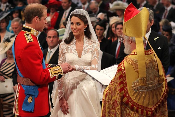 принц Уильям одевает Кейт Миддлтон кольцо