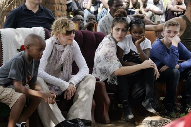 Мадонна с четырьмя детьми в Малави