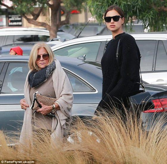 Ирина Шейк с мамой Брэдли Купера