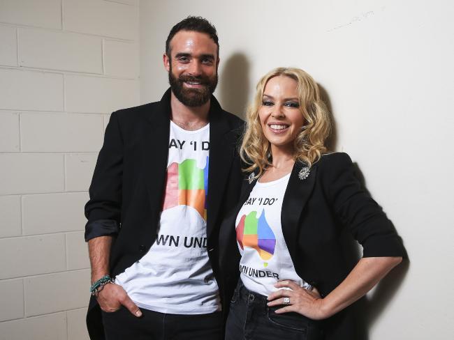 Кайли Миноуг и Джошуа Сасс в одинаковых футболках