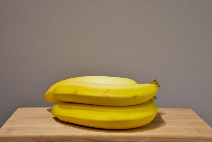 бананы лежат на деревянной доске