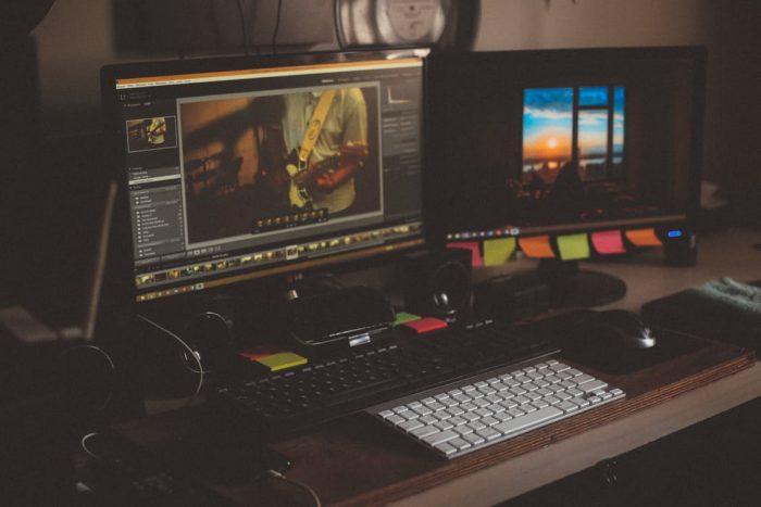 компьютеры стоят на столе