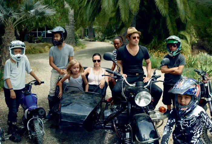 Брэд Питт и Анджелина Джоли со своими детьми в шлемах