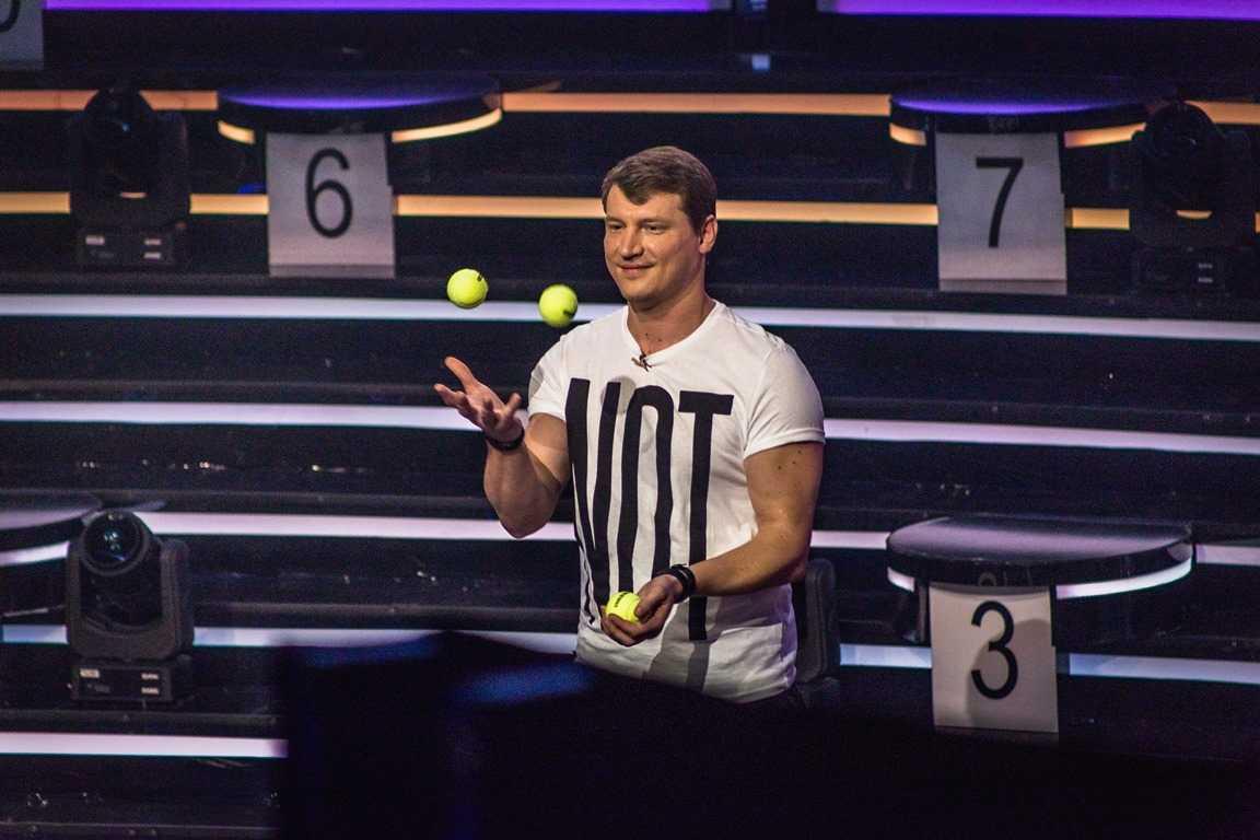 Олег Лисогор жонглирует йогуртами